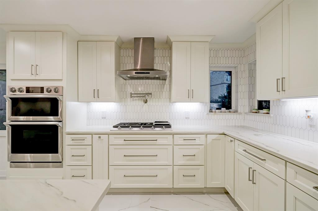 Designer pendants, recessed fixtures and under-cabinet lighting ensure the ideal illumination for every task.