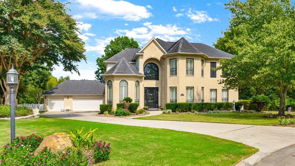 Welcome home to 10 Hillsborough Dr E in the gated community of Bentwater on Lake Conroe