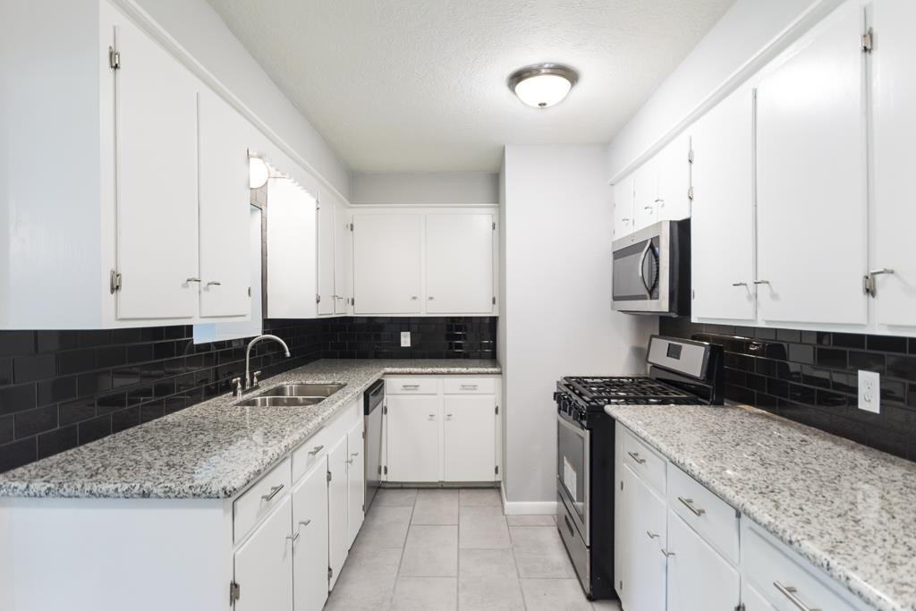 Light And Bright Kitchen With New Stainless Liances Granite Countertops