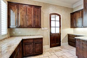 The  butler s pantry has access to the porte-coche. This space is perfect for brining in groceries.
