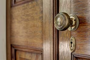 [Detail]Vintage hardware, including door knobs and door hinges, is found throughout the rooms.
