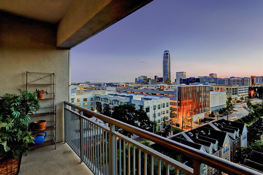 Relax in the evenings on the private patio off the living area, beautiful view of the iconic Williams Tower.