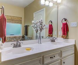 DOUBLE SINK IN THE MASTER BATH