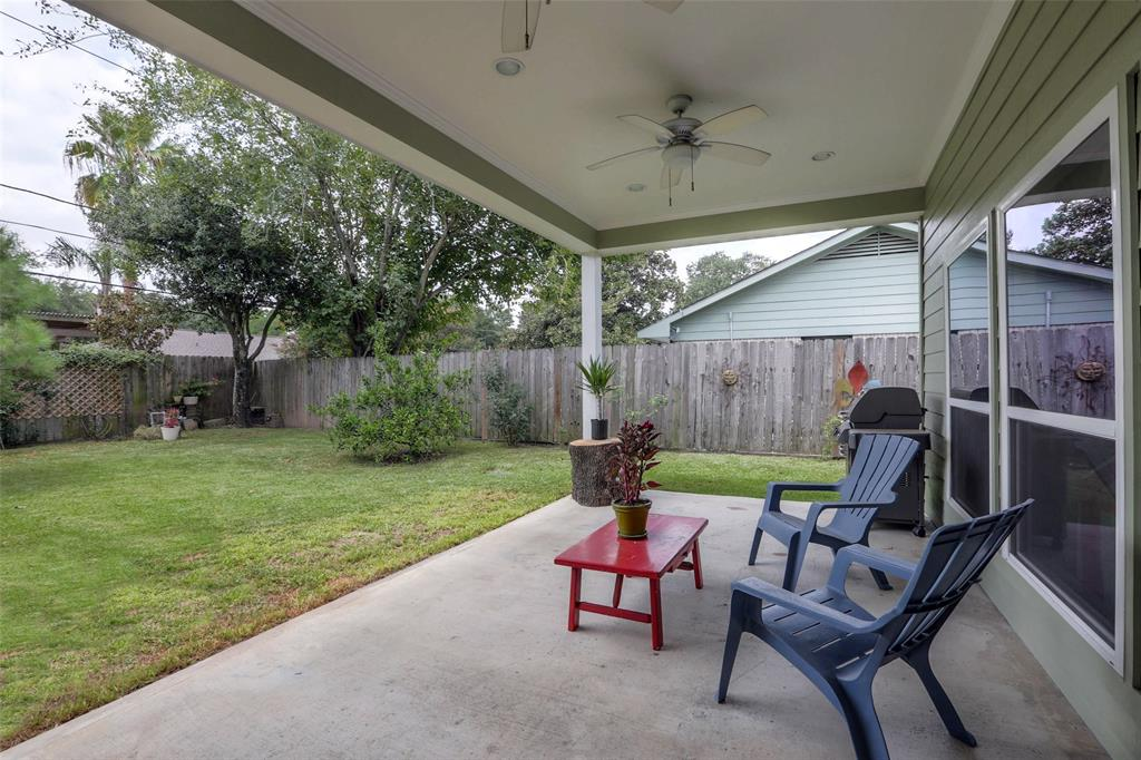 This large covered patio offers a great place to entertain or relax in the afternoons. Check out the 2 ceiling fans.