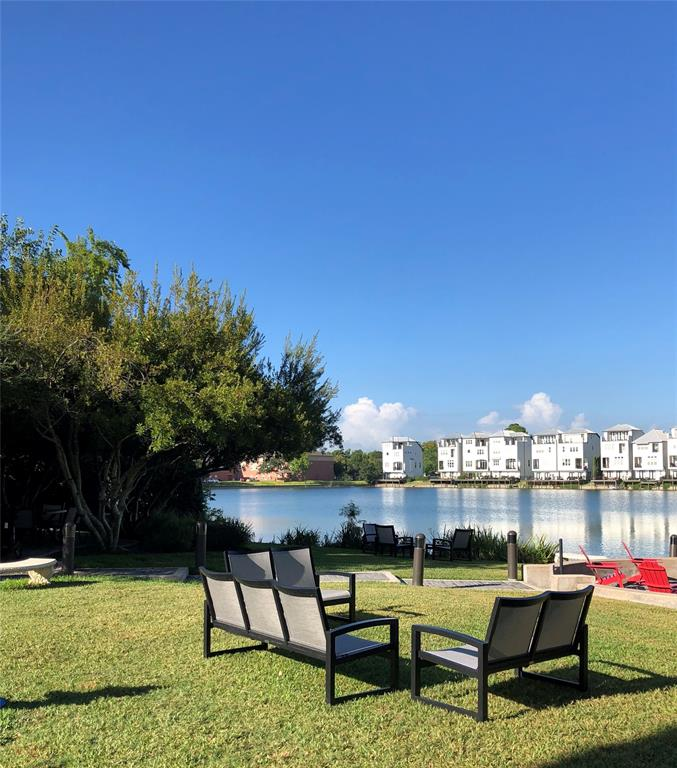 Wonderful community lake lounging area. Hang out with your partner, friends, kids, pets, and enjoy this tranquil setting. This whole area is very well maintained.