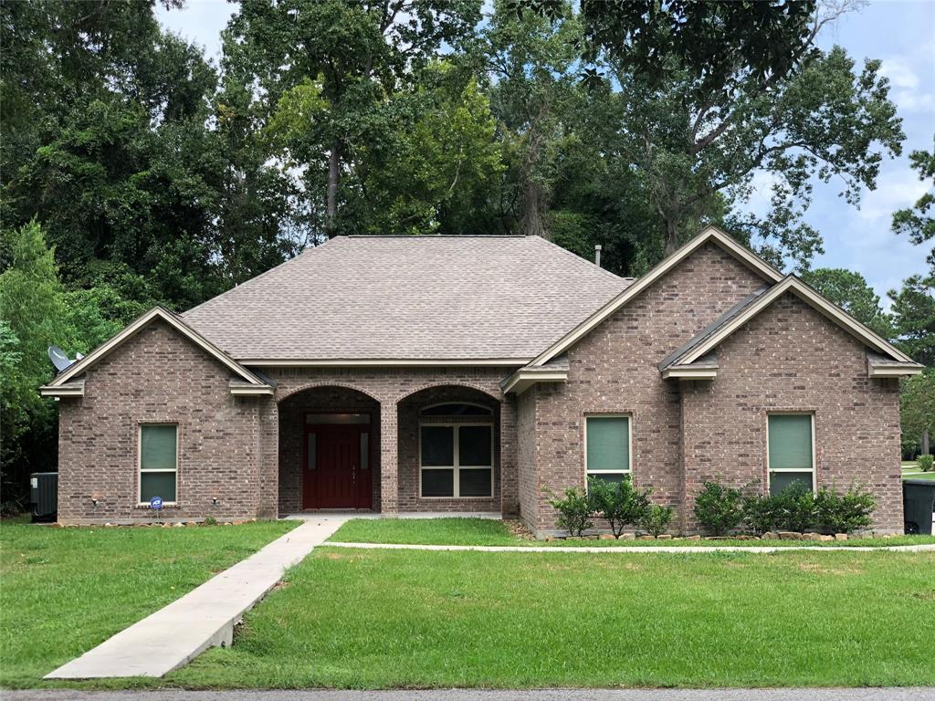 Gorgeous 1-story custom home built in 2015 with 4beds/3baths/3garage! Spacious corner lot near country club, pool, golf course, shopping, and I45. Expansive covered patio with summer kitchen and plenty of grill space. Beautiful book shelves and extra office space! Breathtaking interior!!! MUST SEE!!!