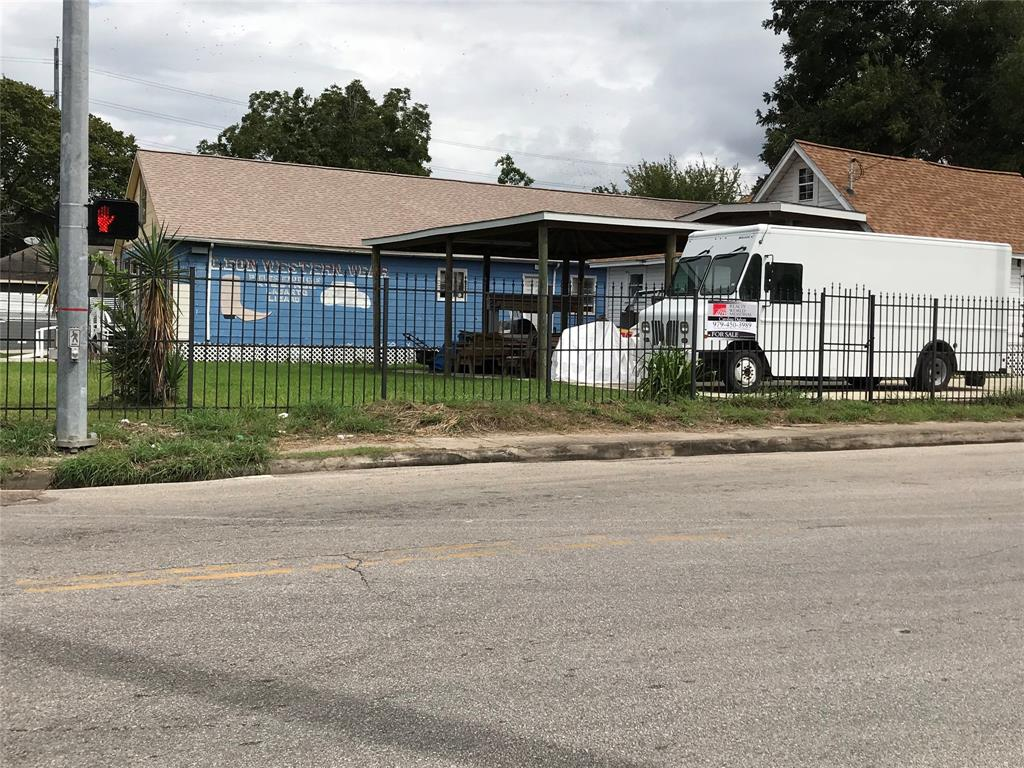BOOMING LOCATION!! ONLY 5 MINUTES AWAY FROM DOWNTOWN HOUSTON. VERY CONVENIENT TO MAIN HIWAYS- US-59/69, 610, I-10 & I-45.  GREAT INVESTMENT OPPORTUNITY FOR BUILDERS AND DEVELOPERS!! TOTAL OF 5 UNITS- 3 UNFINISHED. ALL UNITS ARE VACANT.  RESIDENTIAL AND COMMERCIAL USE.