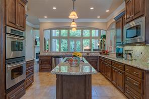 Entertaining would be a breeze in this Kitchen!