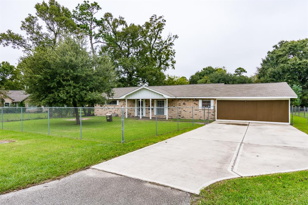 1006 Clear Lake Road, Highlands, TX 77562