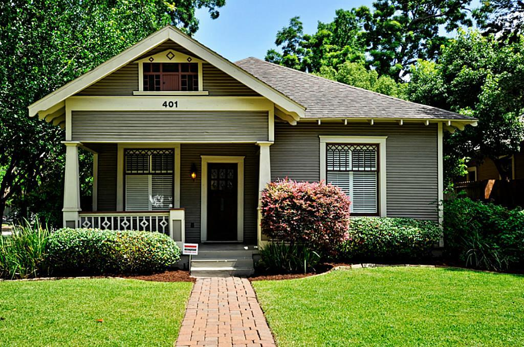 2 bedrooms and 2 bathrooms plus a study/office with detached garage in beautiful Sunset Heights. Hardwood floors, ceiling fans, crown molding, Soapstone counter tops, flex space in the hallway and mud room with washer/dryer. Screened in porch overlooks fenced in back yard with green space. Close to 610, I- 45, I-10, new Whole Foods, Shops, restaurants and Halbert park.