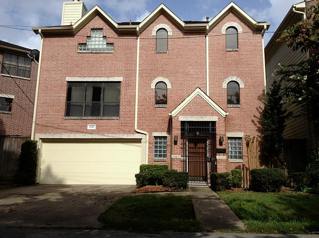 This FREE STANDING patio home is located nearby Memorial Park and offers a private driveway! A few of the features include a spacious living/dining combo room with hardwood flooring, high ceilings & gas log fireplace, dry bar, an island kitchen w/gas cooking, built-in cabinets, walk-in closets & private outdoor space. Quick access to I-10, restaurants, shopping & nightlife. See pictures for additional information.