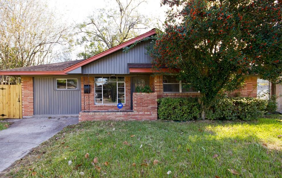 11402 Courtshire features a large corner lot, detached two car garage, and fenced in backyard.