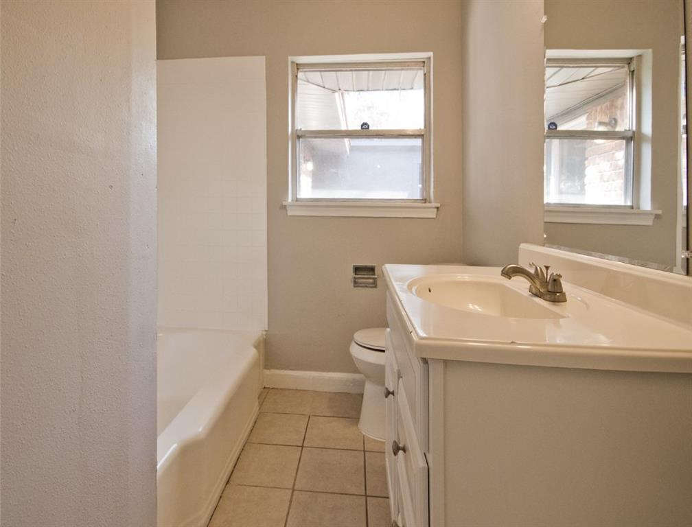 Main bathroom off bedrooms with shower/tub combination