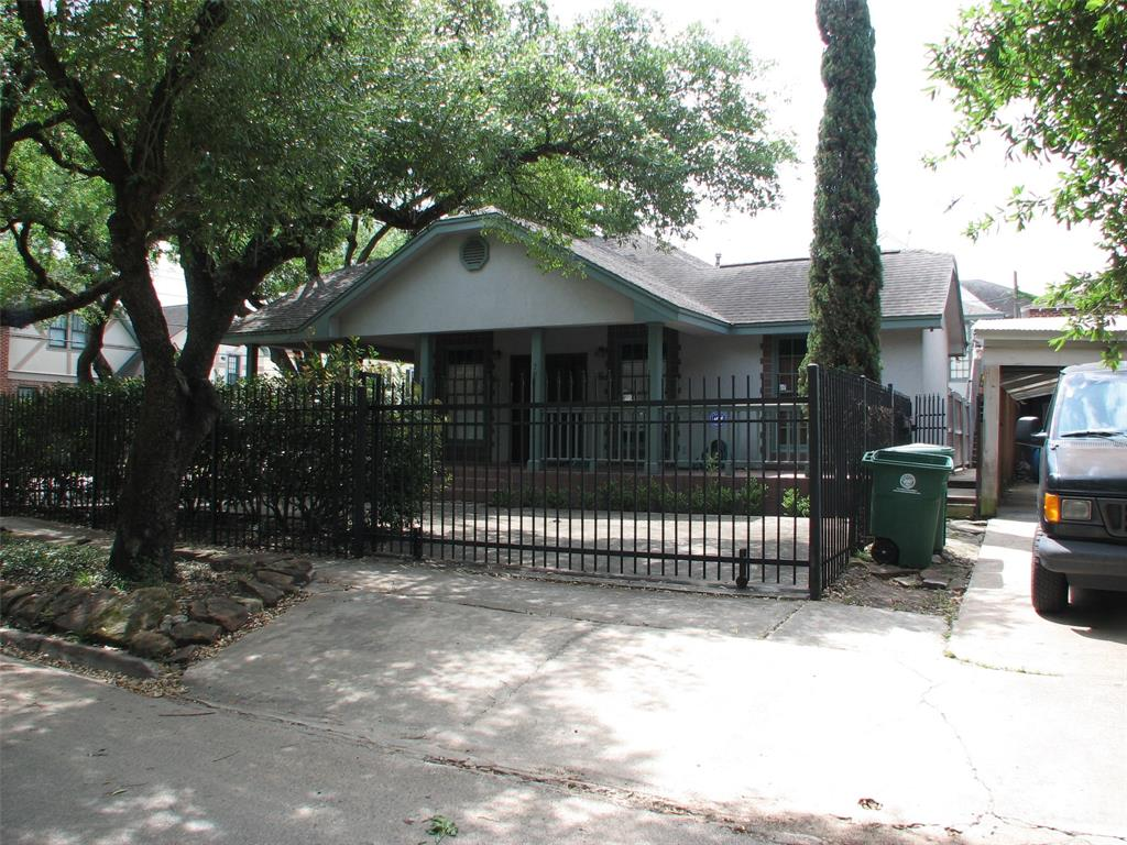 One of a kind Montrose Residence Excellent location  close to Buffalo Bayou Park, Downtown, Midtown, Montrose, River Oaks. New Refrigerator and Dishwasher