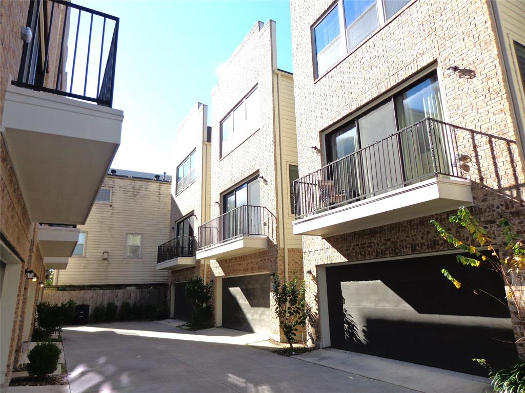 Luxury townhouse available for move in. Gourmet kitchen, stainless steel appliances, island kitchen.  Open floor plan with plenty built-in cabinets. Convenient location, easy access to freeway, minutes to Downtown, Galleria, Montrose & Memorial Park.