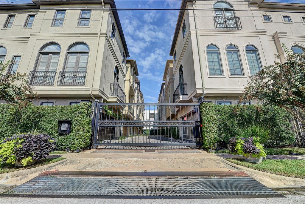 BEAUTIFUL FREESTANDING TOWNHOUSE IN THE HEART OF MIDTOWN. GATED FRONT YARD AND BACK DRIVEWAY. CUSTOM FEATURES & UPGRADES INCLUDE GRANITE COUNTERS IN ALL BATHS & KITCHEN, RED OAK HARDWOODS, STAINLESS APPLIANCES, PLANTATION SHUTTERS, DOUBLE PANE WINDOWS. APPLIANCES ARE INCLUDED. SURROUND SOUND. GREAT WALKABILITY TO RESTAURANTS, SHOPPING AND MORE. MUST SEE!!