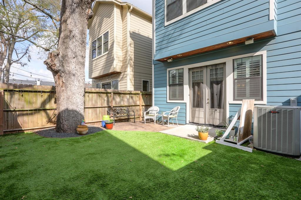 Charming back yard area. Easy for entertaining too!
