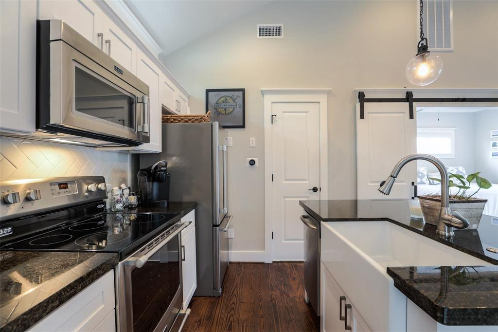 Garage Apartment: Very polished. Farm sink, stainless steel appliances and beautiful wood floors.