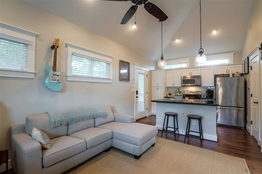 Garage Apartment: Great flow and open concept. Large living space!