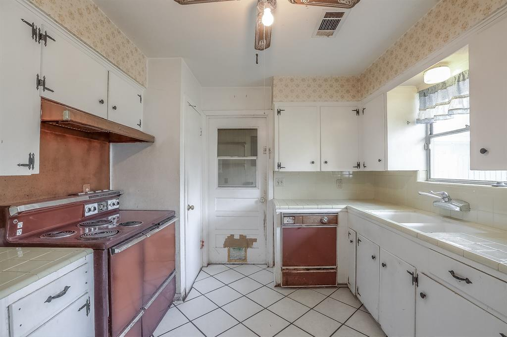 Kitchen is a vintage lovers dream - check out those appliances! Very spacious kitchen.