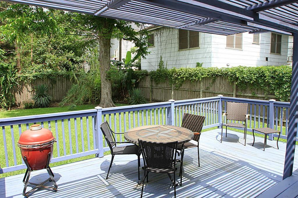 Large back yard deck with plenty of space for entertaining.