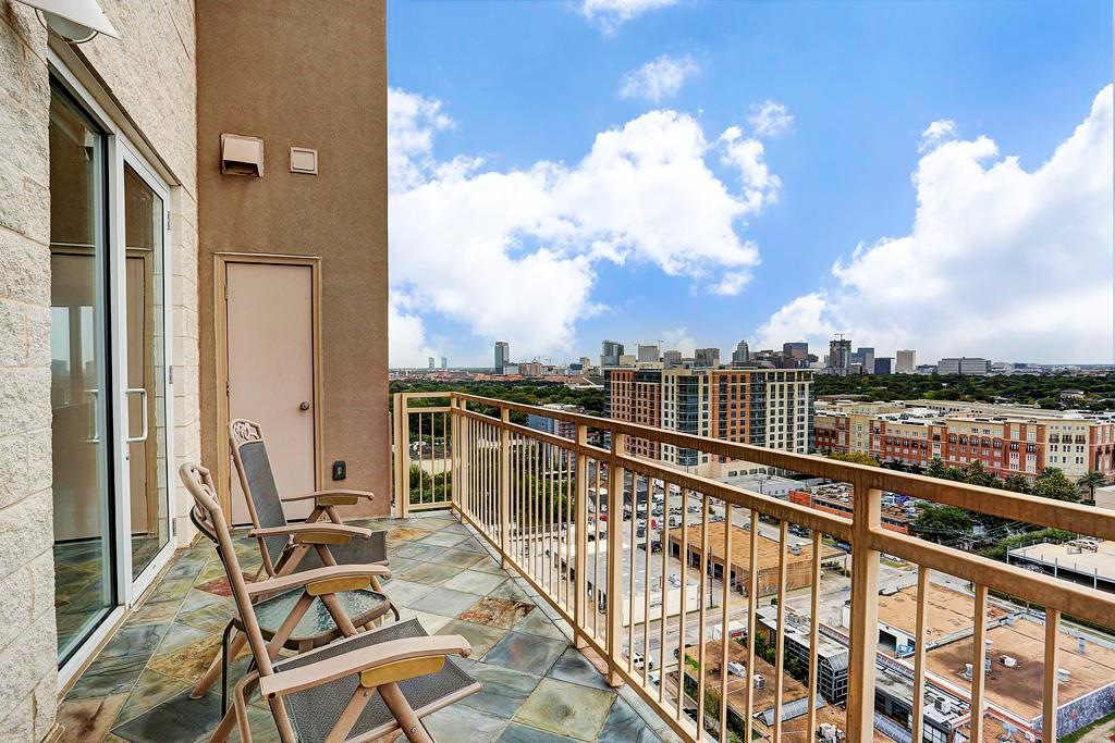 Stunning, 2-story 2-3 bedroom 2.5 bath home with concierge service fitness center and pool.  Located minutes from the Texas Medical Center and a short distance to Rice Village.  2 spacious balconies offer amazing views of Medical Center, NRG Stadium and West University.  Come see this amazing home!
