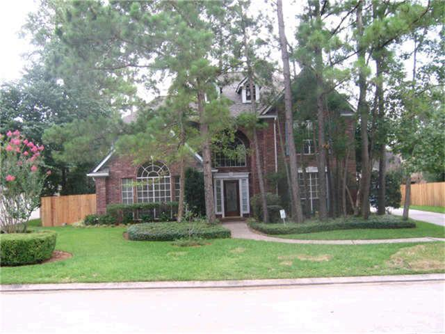 PERFECT FOR THE BUYERS WHO WANTS TO ADD THEIR PERSONAL TOUCH TO A HOUSE.  PRIME UP FRONT WOODLANDS LOCATION! Hard to find 5 Bedroom, 3 1/2 Bath David Weekly. Large rooms. High Ceilings. Living room plus Den. Formal Dining Room. Sparkling Marble Floors. Columns. High ceilings. Crown Molding.  Large.master down with doors to patio. Pool size yard. Wall of Windows overlooking the pool size back yard. Walk to the nearby fishing lake and park with basket ball and tennis Super convenient to The Woodlands Town Center and Medical Center.