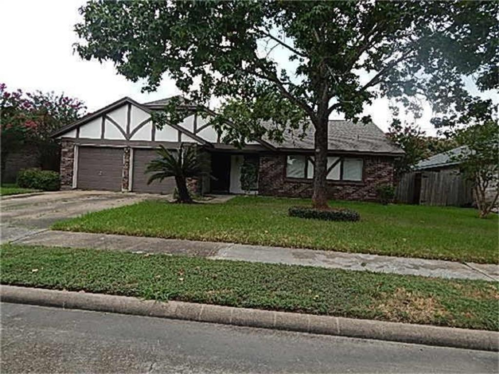 Nice updated 3 bedroom, 2 bath home.  Spacious living room, large den/dining room.  Kitchen with breakfast area, 2 car garage, fenced backyard.