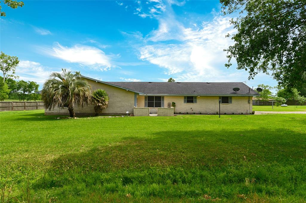 413 Pin Oak Drive, Highlands, TX 77562