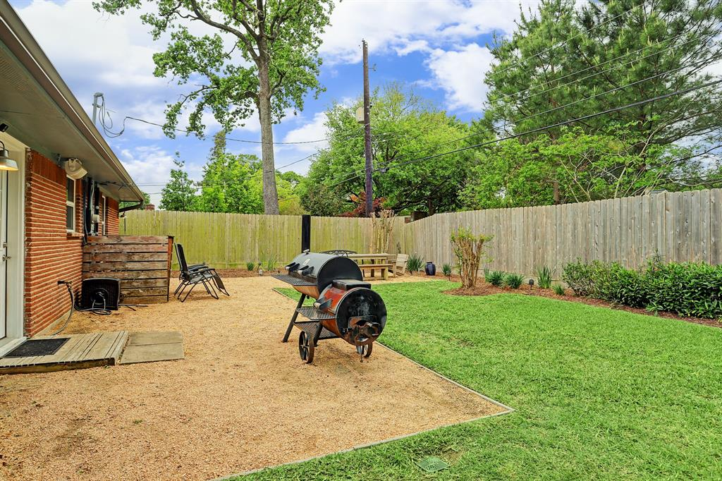 Beautiful backyard great for grilling out!