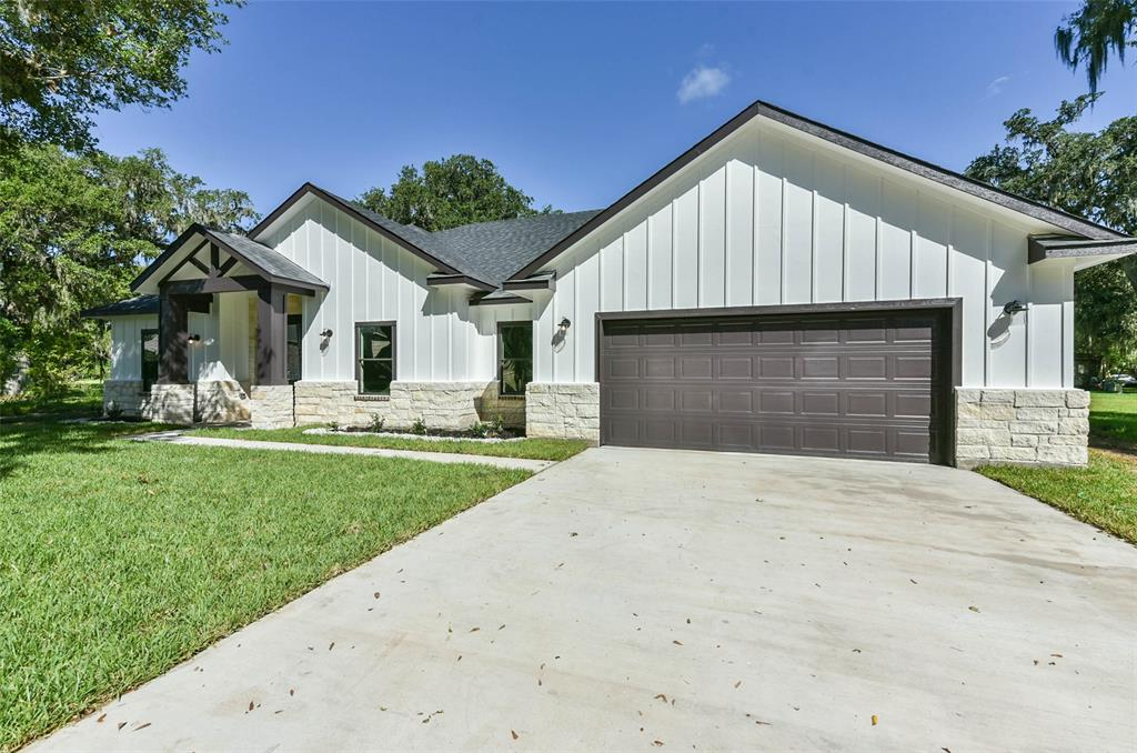 232 W Twin Lakes Boulevard, West Columbia, TX 77486