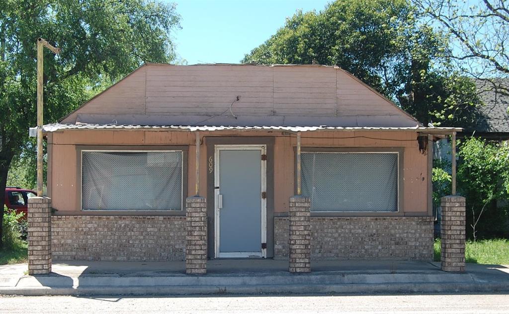 609 N Center Street, Sabinal, TX 78881
