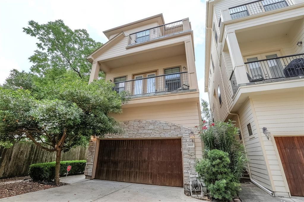 Free-standing patio home with a yard with easy access to lots of restaurants, entertainment and outdoor amenities.