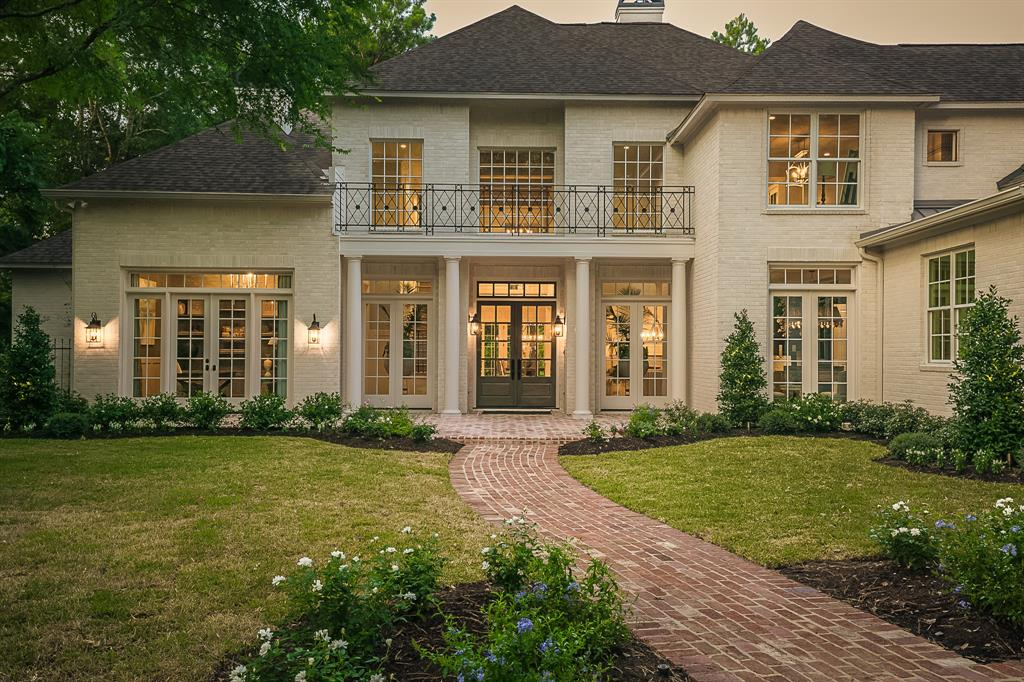 "THE DEFINITIVE SOURCE FOR SOUTHERN ARCHITECTURE & DESIGN - ALWAYS AHEAD OF THE CURVE - MARY ROSS CUSTOM HOMES, LLC.  This remarkable example of her ""artful"" approach to this EXTENSIVE REMODEL will leave you