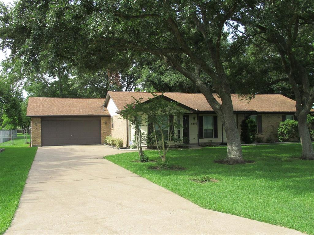 1410 E Houston Street, Highlands, TX 77562