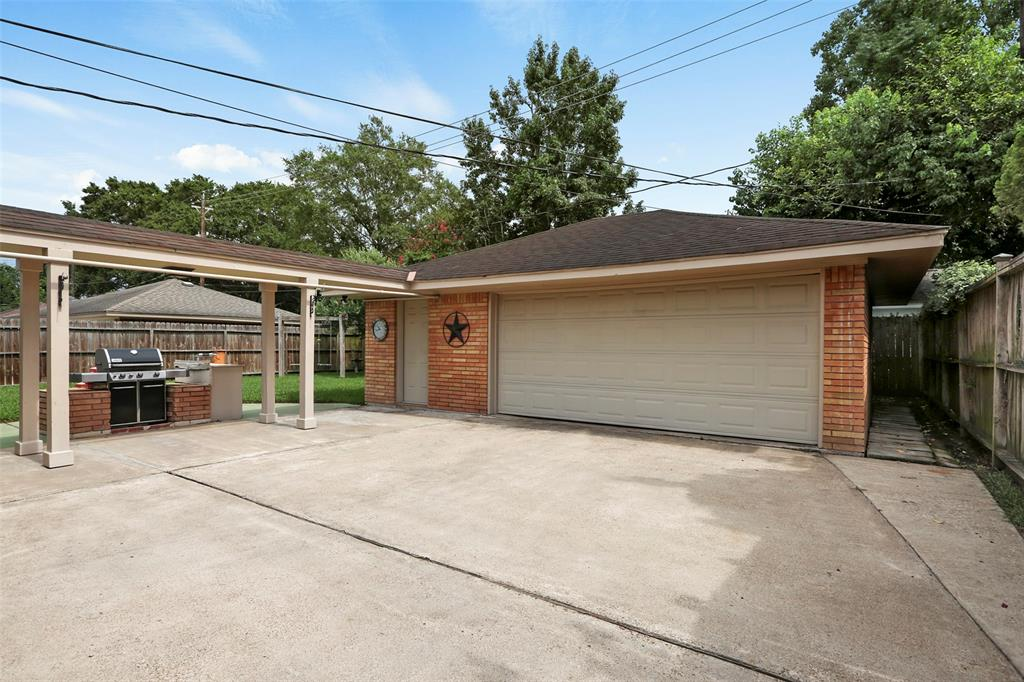 Over-sized 2 car garage with covered walkway to the house.