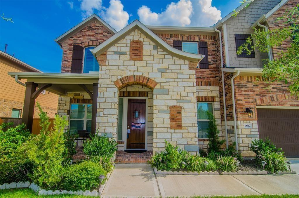 "Fall in love with this Breathtaking lakefront Beazer 6 Bedroom, 5.5 Bath , 3 car garage, located in the exceptionally desired Pearland Independent School District. Looking for 2 bedrooms on the 1st floor? This is it!This fabulous home has it all!  This exquisite two story home has been immaculately maintained and is move in ready! Large master suite, guest bed w/bath & study all located on 1st floor! Explore new cuisines in your gourmet kitchen with 42"" cabinetry, double oven, recessed lighting, Stainless Steel appliances, & granite countertops with backsplash. Retreat to your master suite with tray ceiling, garden tub & separate shower. Recline back with your favorite book in your private study. Relax on your extended covered patio. Quick access to 288, Beltway 8, Downtown and Medical Center. A must see! Call today for your private showing!"