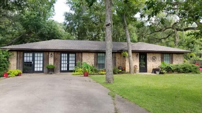 898 Oak Forest Drive, Van Vleck, TX 77482