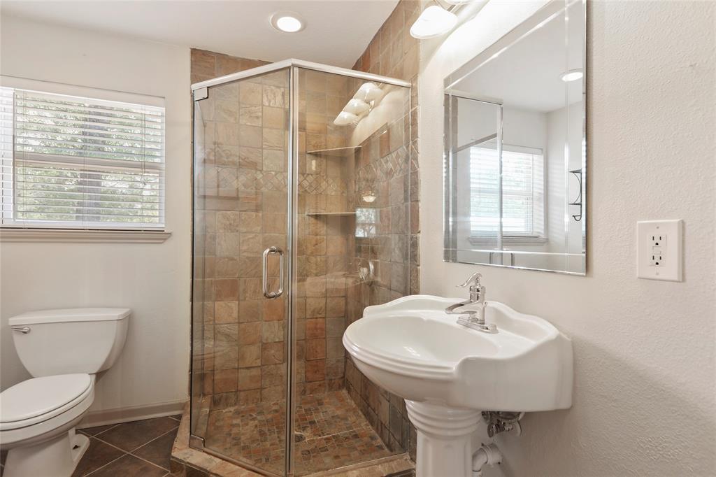 Master en suite includes tiled stand-up shower.
