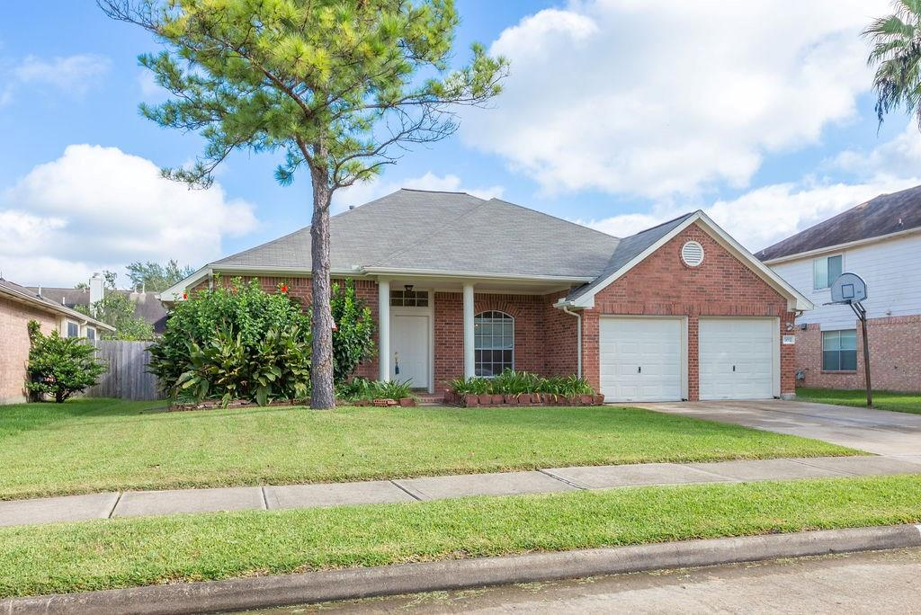 THIS 4 BEDROOM, HAS A STUDY OR FORMAL DEN AT THE ENTRANCE OF HOME, HAS BEEN TREATED WITH FRESH PAINT,HAS HIGH HIGH CEILINGS AND CROWNED MOLDING THROUGHOUT THE HOUSE. LARGE OPEN AREA FROM KITCHEN TO DINING ROOM AND LIVING ROOM ALLOWS FOR YOU TO HAVE CONTACT WIT YOUR GUESTS OR FAMILY.