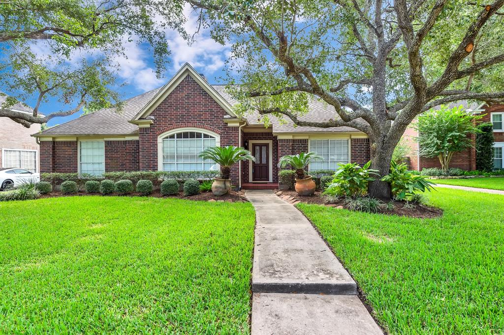 FANTASTIC FLOOR PLAN, ONE STORY, CUL-DE-SAC, LOCATED IN BRIDGEWATER SUBD OF SUGAR LAND. FOUR BEDROOMS, TWO BATHS, & TWO CAR DETACHED GARAGE AND HAS BOTH A BEAUTIFUL SIDE YARD FOR ENTERTAINING & A GATED PRIVATE BACKYARD.  THIS HOME TRULY IS DESIGNED WITH THE OPEN-CONCEPT IN MIND. FROM THE ENTRY, YOU WALK ON BEAUTIFUL HARDWOOD FLOORS THROUGHOUT THE FORMAL LIVING, DINING, AND FAMILY ROOM. THE DINING ROOM IS SIMPLY ELEGANT WITH IT'S CROWN MOLDING AND CHAIR RAILING.  TURN TO THE FAMILY ROOM WITH IT'S BUILT-IN SHELVING AND LARGE PICTURE WINDOW FILLING THE ROOM WITH LOTS OF NATURAL LIGHT.  THE KITCHEN & BREAKFAST AREAS OFFER PLENTY OF SPACE AND CABINETS FOR THE CHEF OF THE HOME.  MASTER BEDROOM OFFERS A SERENE & OPEN SPACE THAT WILL FIT BOTH A MASTER SUITE & SITTING AREA. MASTER BATH WITH DUAL VANITIES, JETTED TUB, AND SEPARATE SHOWER. THE SECONDARY BEDROOMS ARE LARGE AND ROOM AS WELL. THIS HOME IS A TRUE GEM!!