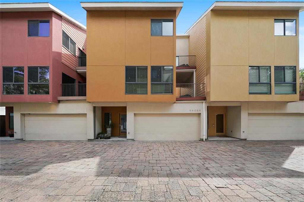 This Modern town home is in a gated community with easy access to lots of restaurants and neighborhood amenities.