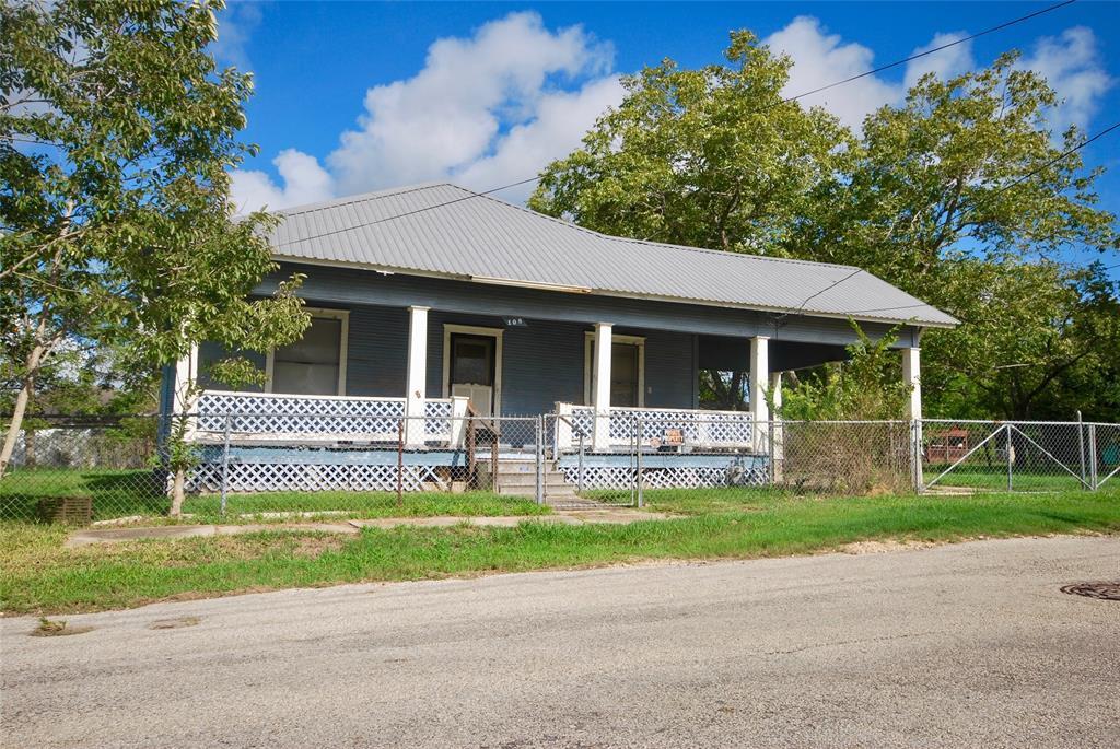 108 Montgomery Street, Yoakum, TX 77995