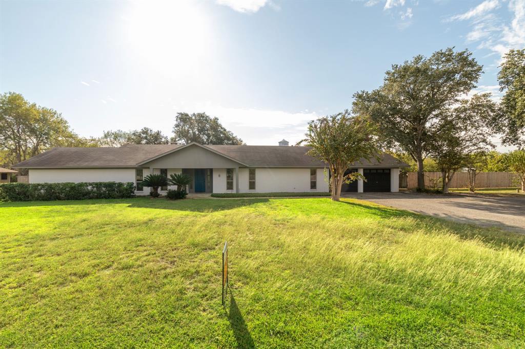 123 Oak Ridge Drive, Yoakum, TX 77995
