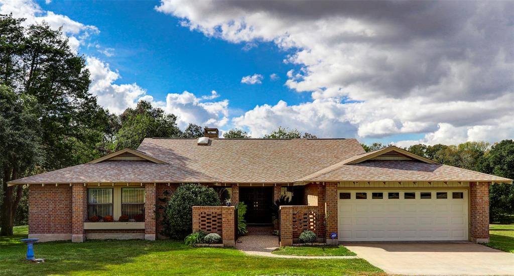 4 Creekwood Drive, Schulenburg, TX 78956