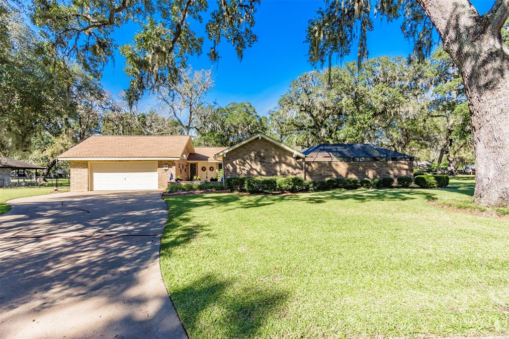 218 Woodhaven Drive, West Columbia, TX 77486