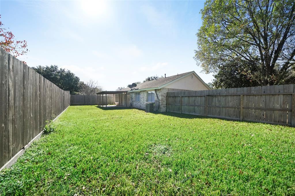 Well maintained spacious back yard, great for entertaining.