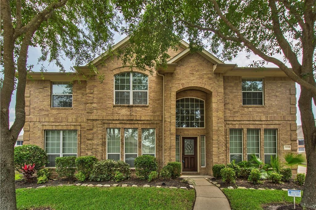 2-Story, 4040 sqft, with 5 bedrooms and 3 bedrooms located in Riverpark West. Has high ceiling, tile in entry, wet areas and carpet throughout. Has a formal living, dining, study and a grameroom. Master BR downstairs, tub and separate shower. The house needs some work.