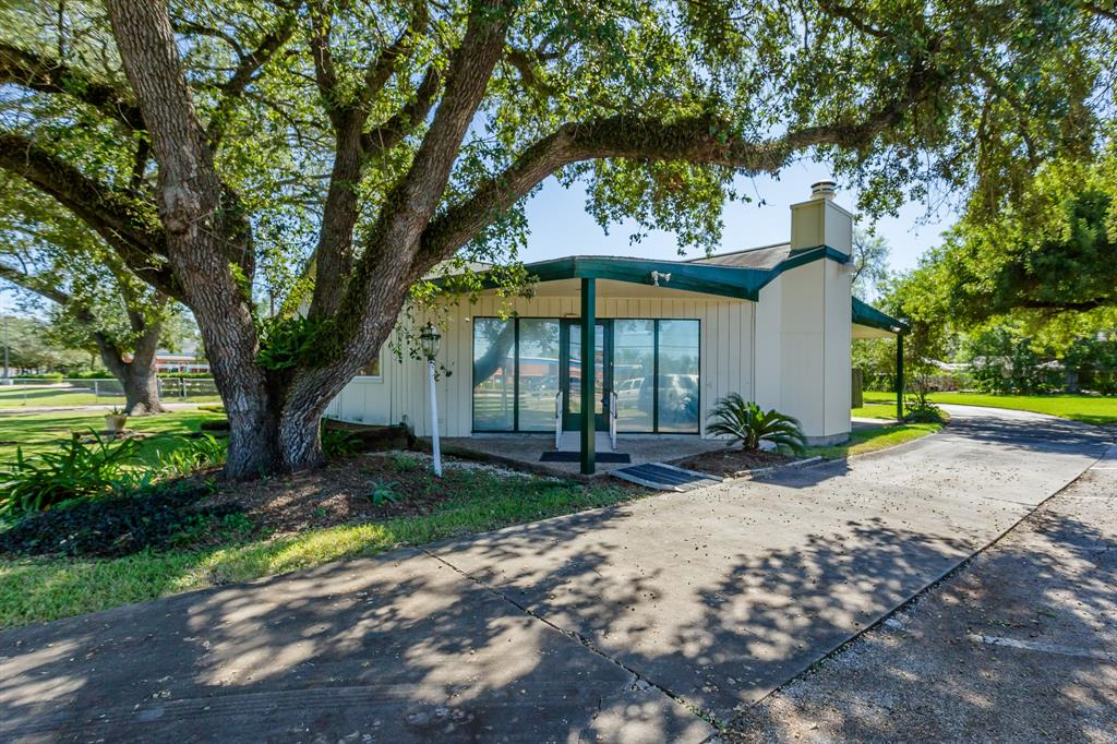 Great location for your 2020 aspirations.  Suitable for home/business location, this .7 acre property provides great access to Sam Houston Tollway, Fort Bend Tollway, and Hwy 59! Features cozy wood burning fireplace with gas logs, updated kitchen with walk-in pantry, detached 2-car garage/storage, and much more.  Call your personal agent today & prepare to starting packing!