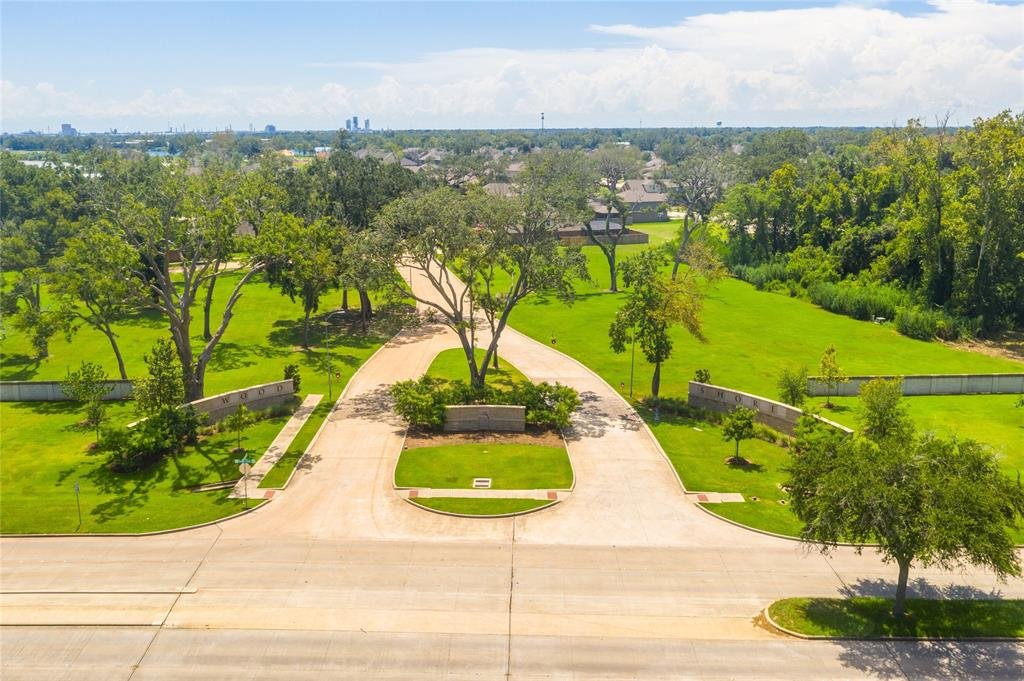 407 Bentwood Way, Clute, TX 77531